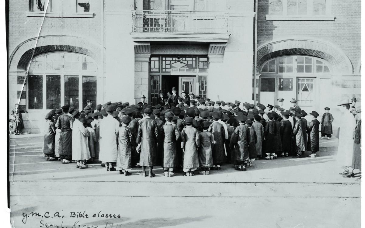 1911년 YMCA 성경연구회 학생들을 지도하는 이승만 박사(윗줄 오른쪽에서 두번째)<br />1년 5개월간 한국에 머무르다가 일본의 추격을 피해 다시 미국으로 망명하였다.