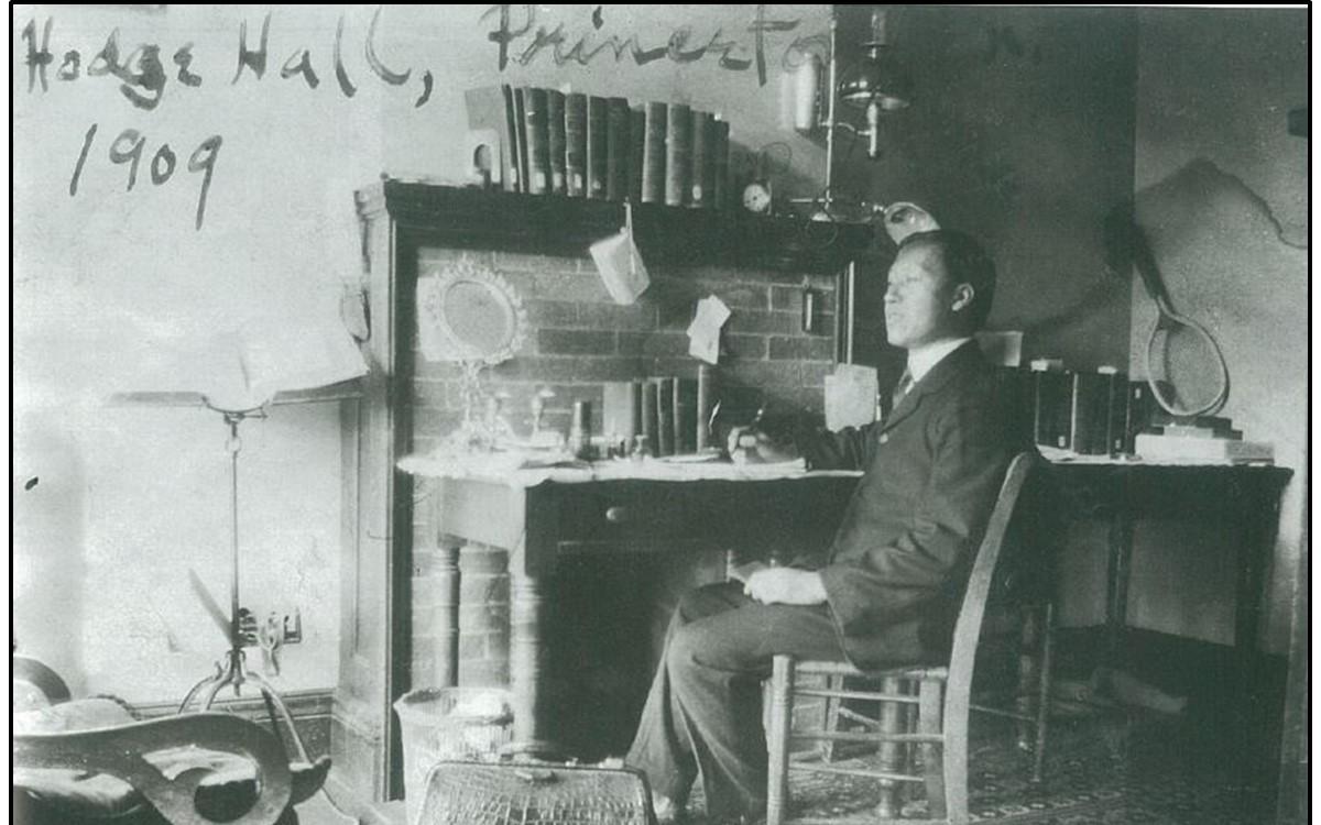 프린스턴 대학에서 박사과정을 밟고 있었을 때 묵었던 기숙사 방(1909년)<br />기숙사 건물 핫지홀(Hodge Hall)은 지금도 프린스턴 신학대학원의 사무실로 사용되고 있다.