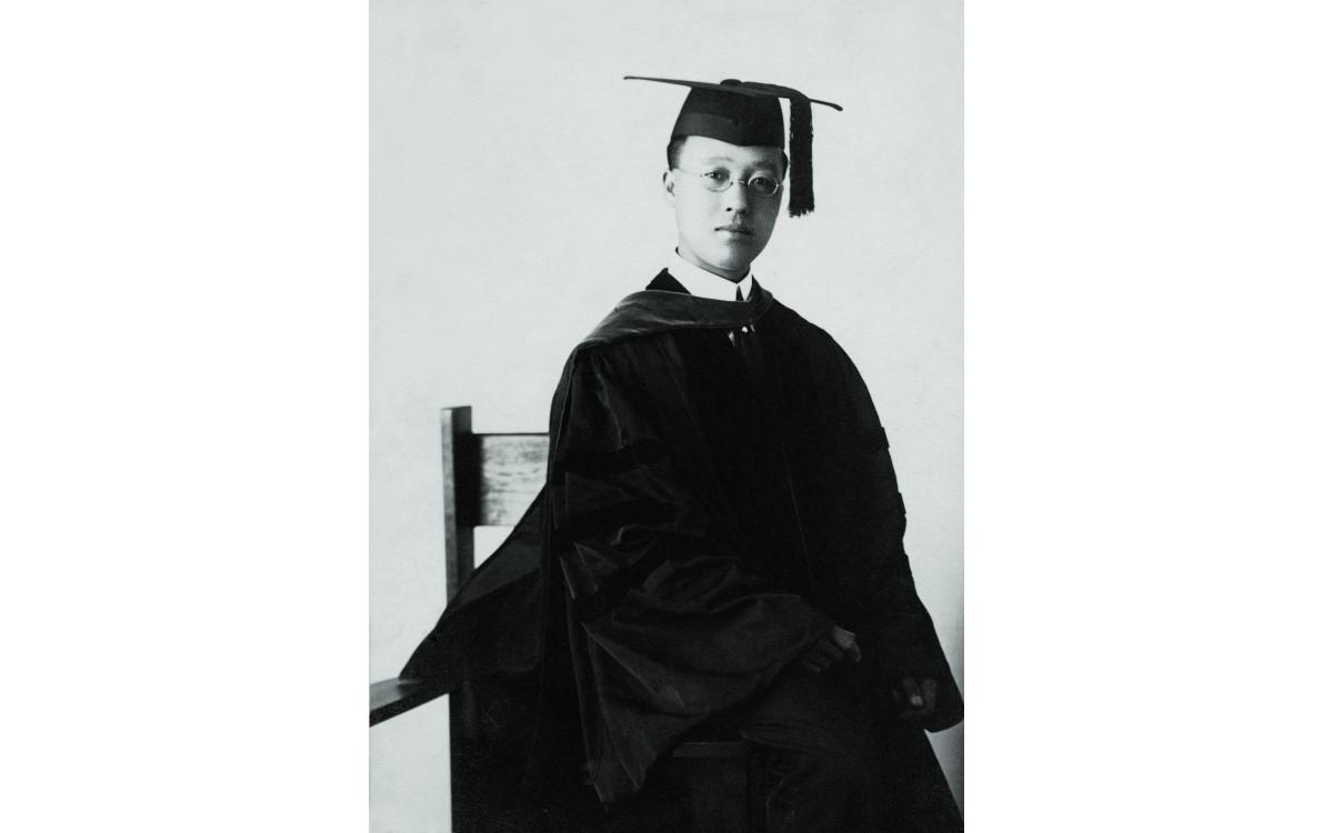 1910년 6월, 프린스턴 대학교에서 박사 학위(국제정치학)를 받았다.<br />나라잃은 슬픔이 눈가에 서려있는 듯 하다.