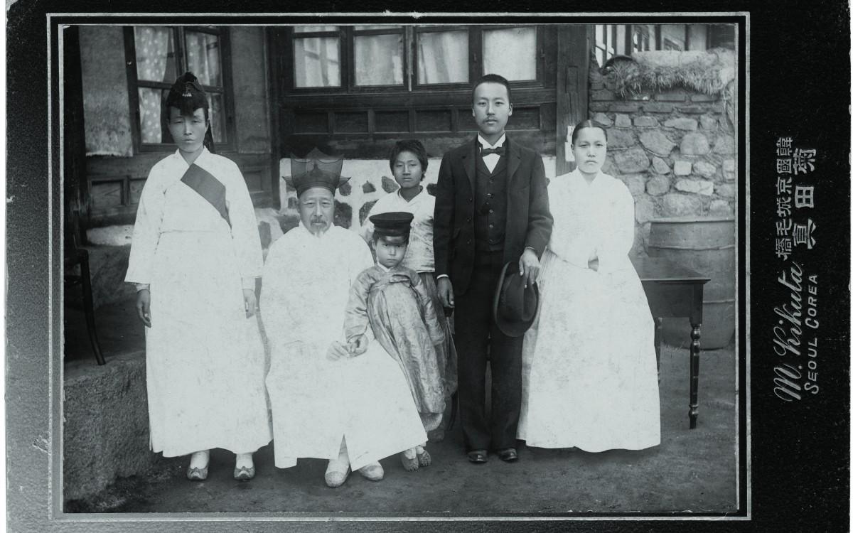 1904년 11월 미국에 밀사로 떠나기전 가족사진<br />오른쪽부터 박씨 부인, 이승만, 아들 태산, 아버지 이경선 옹 (뒤에 서있는 소년은 조카), 맏누님